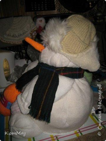 Этот снеговичок вполне может зваться Снеговиком с большой буквы, т.к. ростом он немаленький - чуть больше полуметра, около 60 см. Именно такого большого снеговика мне жуть как захотелось сшить на этот Новый год и посадить его под ёлочку. И так захотел этот Снеговик родиться, что на всё-про-всё ушло не более двух часов работы... Итак, предлагаю вам вместе со мной создать такого Снеговичка, пусть сидит под ёлочкой и исполняет ваши желания. фото 28