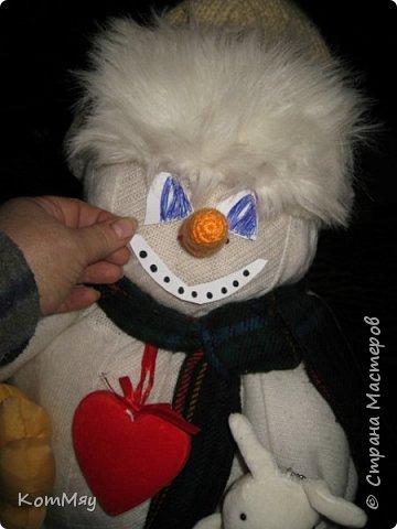Этот снеговичок вполне может зваться Снеговиком с большой буквы, т.к. ростом он немаленький - чуть больше полуметра, около 60 см. Именно такого большого снеговика мне жуть как захотелось сшить на этот Новый год и посадить его под ёлочку. И так захотел этот Снеговик родиться, что на всё-про-всё ушло не более двух часов работы... Итак, предлагаю вам вместе со мной создать такого Снеговичка, пусть сидит под ёлочкой и исполняет ваши желания. фото 29