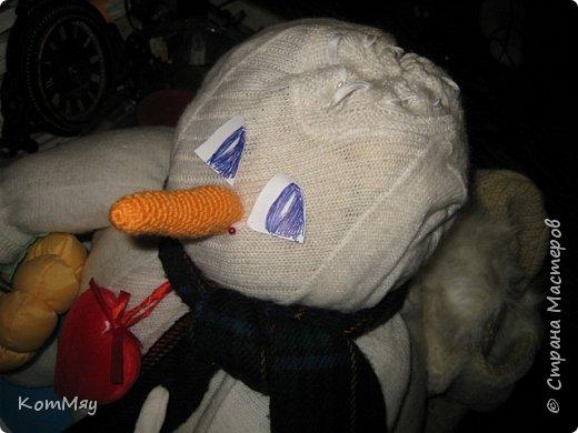 Этот снеговичок вполне может зваться Снеговиком с большой буквы, т.к. ростом он немаленький - чуть больше полуметра, около 60 см. Именно такого большого снеговика мне жуть как захотелось сшить на этот Новый год и посадить его под ёлочку. И так захотел этот Снеговик родиться, что на всё-про-всё ушло не более двух часов работы... Итак, предлагаю вам вместе со мной создать такого Снеговичка, пусть сидит под ёлочкой и исполняет ваши желания. фото 31