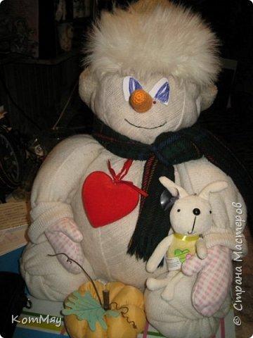 Этот снеговичок вполне может зваться Снеговиком с большой буквы, т.к. ростом он немаленький - чуть больше полуметра, около 60 см. Именно такого большого снеговика мне жуть как захотелось сшить на этот Новый год и посадить его под ёлочку. И так захотел этот Снеговик родиться, что на всё-про-всё ушло не более двух часов работы... Итак, предлагаю вам вместе со мной создать такого Снеговичка, пусть сидит под ёлочкой и исполняет ваши желания. фото 32