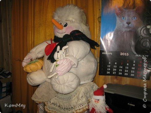 Этот снеговичок вполне может зваться Снеговиком с большой буквы, т.к. ростом он немаленький - чуть больше полуметра, около 60 см. Именно такого большого снеговика мне жуть как захотелось сшить на этот Новый год и посадить его под ёлочку. И так захотел этот Снеговик родиться, что на всё-про-всё ушло не более двух часов работы... Итак, предлагаю вам вместе со мной создать такого Снеговичка, пусть сидит под ёлочкой и исполняет ваши желания. фото 34