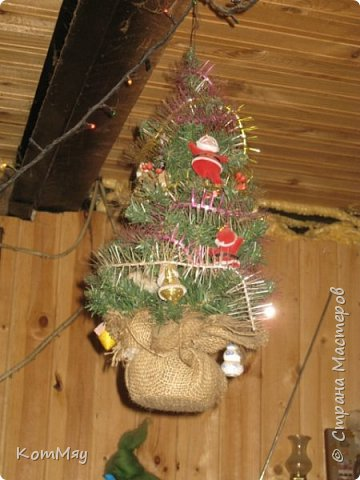 Этот снеговичок вполне может зваться Снеговиком с большой буквы, т.к. ростом он немаленький - чуть больше полуметра, около 60 см. Именно такого большого снеговика мне жуть как захотелось сшить на этот Новый год и посадить его под ёлочку. И так захотел этот Снеговик родиться, что на всё-про-всё ушло не более двух часов работы... Итак, предлагаю вам вместе со мной создать такого Снеговичка, пусть сидит под ёлочкой и исполняет ваши желания. фото 40