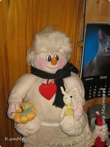 Этот снеговичок вполне может зваться Снеговиком с большой буквы, т.к. ростом он немаленький - чуть больше полуметра, около 60 см. Именно такого большого снеговика мне жуть как захотелось сшить на этот Новый год и посадить его под ёлочку. И так захотел этот Снеговик родиться, что на всё-про-всё ушло не более двух часов работы... Итак, предлагаю вам вместе со мной создать такого Снеговичка, пусть сидит под ёлочкой и исполняет ваши желания. фото 1