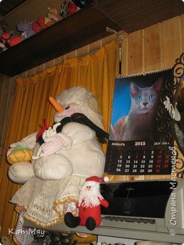 Этот снеговичок вполне может зваться Снеговиком с большой буквы, т.к. ростом он немаленький - чуть больше полуметра, около 60 см. Именно такого большого снеговика мне жуть как захотелось сшить на этот Новый год и посадить его под ёлочку. И так захотел этот Снеговик родиться, что на всё-про-всё ушло не более двух часов работы... Итак, предлагаю вам вместе со мной создать такого Снеговичка, пусть сидит под ёлочкой и исполняет ваши желания. фото 36