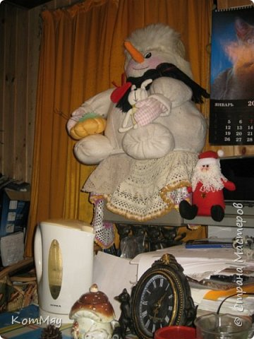 Этот снеговичок вполне может зваться Снеговиком с большой буквы, т.к. ростом он немаленький - чуть больше полуметра, около 60 см. Именно такого большого снеговика мне жуть как захотелось сшить на этот Новый год и посадить его под ёлочку. И так захотел этот Снеговик родиться, что на всё-про-всё ушло не более двух часов работы... Итак, предлагаю вам вместе со мной создать такого Снеговичка, пусть сидит под ёлочкой и исполняет ваши желания. фото 37