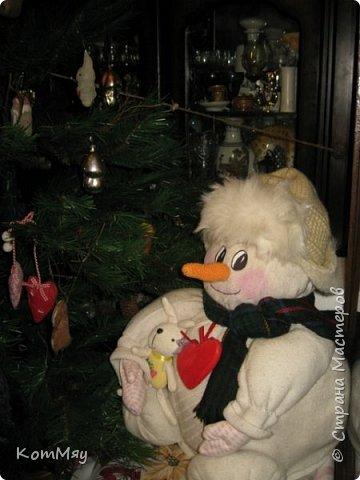 Этот снеговичок вполне может зваться Снеговиком с большой буквы, т.к. ростом он немаленький - чуть больше полуметра, около 60 см. Именно такого большого снеговика мне жуть как захотелось сшить на этот Новый год и посадить его под ёлочку. И так захотел этот Снеговик родиться, что на всё-про-всё ушло не более двух часов работы... Итак, предлагаю вам вместе со мной создать такого Снеговичка, пусть сидит под ёлочкой и исполняет ваши желания. фото 3