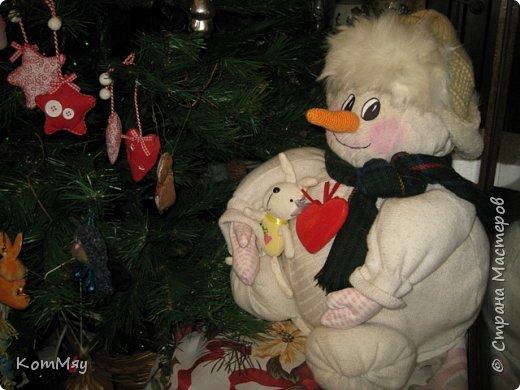 Этот снеговичок вполне может зваться Снеговиком с большой буквы, т.к. ростом он немаленький - чуть больше полуметра, около 60 см. Именно такого большого снеговика мне жуть как захотелось сшить на этот Новый год и посадить его под ёлочку. И так захотел этот Снеговик родиться, что на всё-про-всё ушло не более двух часов работы... Итак, предлагаю вам вместе со мной создать такого Снеговичка, пусть сидит под ёлочкой и исполняет ваши желания. фото 4