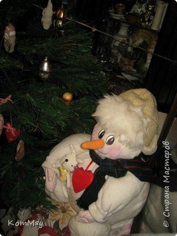 Этот снеговичок вполне может зваться Снеговиком с большой буквы, т.к. ростом он немаленький - чуть больше полуметра, около 60 см. Именно такого большого снеговика мне жуть как захотелось сшить на этот Новый год и посадить его под ёлочку. И так захотел этот Снеговик родиться, что на всё-про-всё ушло не более двух часов работы... Итак, предлагаю вам вместе со мной создать такого Снеговичка, пусть сидит под ёлочкой и исполняет ваши желания. фото 39