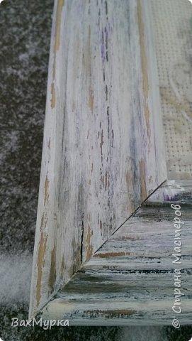 ленивая вышивка - декупаж на канве. У меня уже выложены в СМ подобные работы с подробностями, поэтому ограничусь кратким описанием.  После наклеивания салфетки все дырочки проколоты. Прошлась по работе акриловыми красками, затем легкий набрызг битумом. Рамочка покрашена белой акриловой краской с мазками других цветов. Уголки оттенены битумом. Рамочку лаком не  покрывала. фото 3