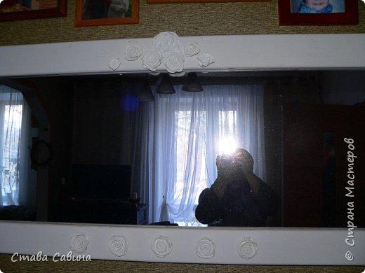 У этого зеркала такая история: купила шкаф с зеркальной стенкой, а он мне не для хрусталей нужен, а для книг. Зеркала из шкафа вытащила и папу попросила обрамить. Успел обрамить только одно. Второе так стояло к стене прислоненное, пока его еще маленькая Васька не уронила (зеркало вдребезги, Ваське, слава Богу, хоть бы хны). А это напротив окна висит: второй этаж, деревья за окном высокие и в комнате света маловато. Была рама цвета деревянного, но захотелось мне белого побольше на этой темной стене. Покрасила белым - совсем просто стало. Поналепила розочек. фото 1