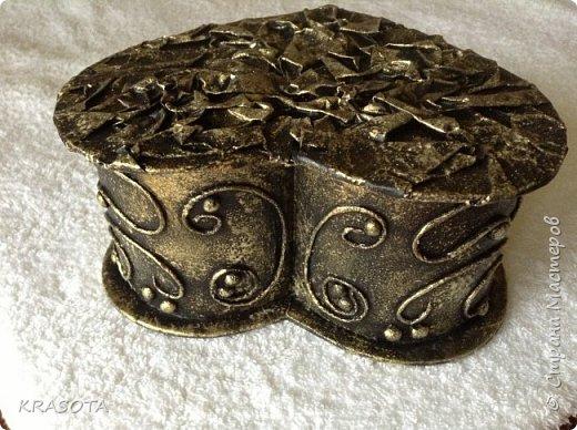 снизу пей арт, крышка оклеена жатой газетой, покрашена черным акрилом, потом губкой начпокана золотистая строительная эмаль. фото 3