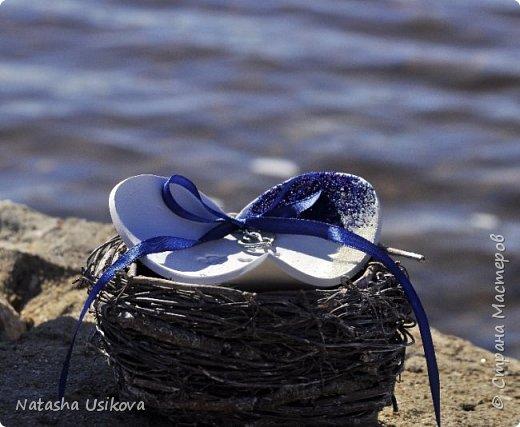 Прошлой весной я получила большой и в то же время очень интересный заказ. Лена (заказчица) попросила сделать для неё блюдце для колец в форме сердца и декорировать его микробисером синего и белого цвета . Основные цвета свадьбы:белый и синий.  фото 2