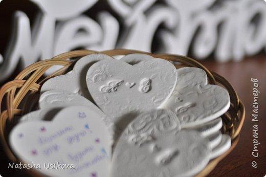 Прошлой весной я получила большой и в то же время очень интересный заказ. Лена (заказчица) попросила сделать для неё блюдце для колец в форме сердца и декорировать его микробисером синего и белого цвета . Основные цвета свадьбы:белый и синий.  фото 12