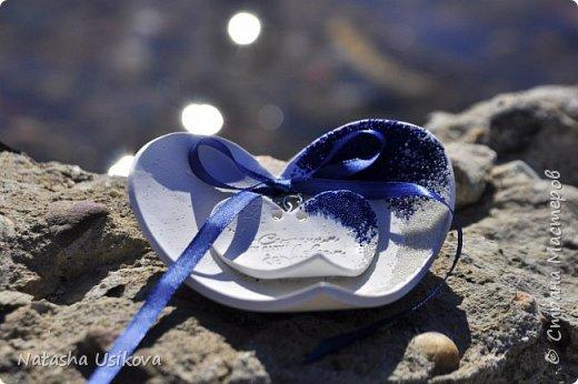Прошлой весной я получила большой и в то же время очень интересный заказ. Лена (заказчица) попросила сделать для неё блюдце для колец в форме сердца и декорировать его микробисером синего и белого цвета . Основные цвета свадьбы:белый и синий.  фото 6