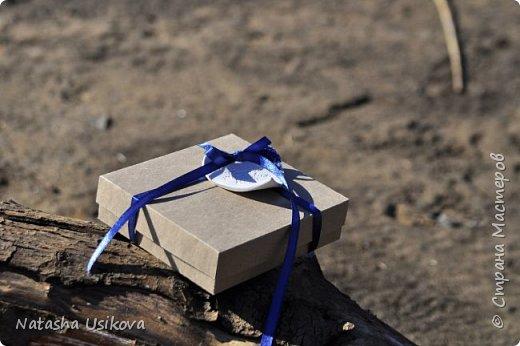 Прошлой весной я получила большой и в то же время очень интересный заказ. Лена (заказчица) попросила сделать для неё блюдце для колец в форме сердца и декорировать его микробисером синего и белого цвета . Основные цвета свадьбы:белый и синий.  фото 5