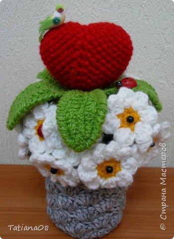 Давно ничего не вязала, а увидев цветочное сердце Елены Беловой http://stranamasterov.ru/node/872855 решила связать вот такую валентинку. Елена большое спасибо за вдохновение.