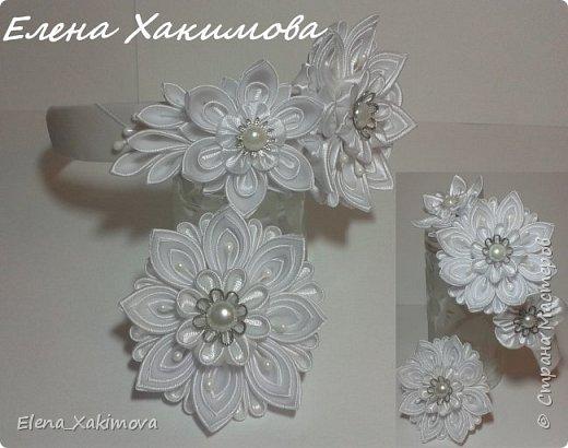 Очень уж мне понравилось собирать цветочки из классических острых, круглых лепестков канзаши. Вот что напридумывалось за последнее время: красно-белое сочетание цвета тоже своего рода классика. фото 5