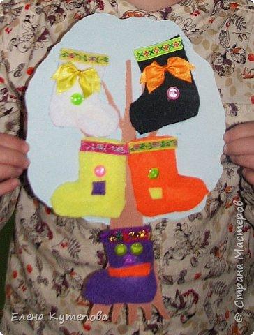 """Было занятие с детьми по сказочному стихотворению Корнея Ивановича Чуковского """"Чудо-дерево"""". Прочитали, немного поиграли на внимание - поискали пары обуви, вспомнили сказочную обувь. А потом сделали вот такой зимний вариант чудо-дерева, на котором растут валенки из фетра. фото 3"""