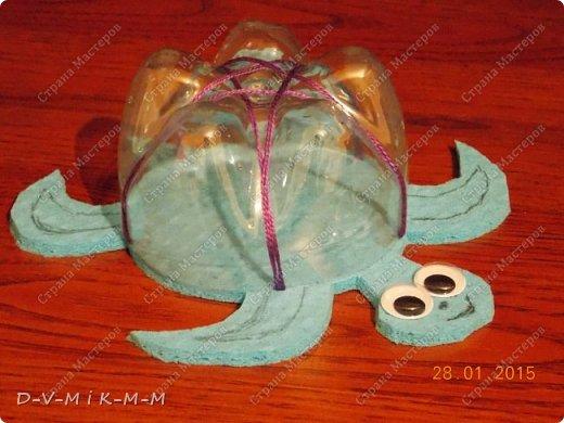 Наша доченька очень любит купаться в ванной. У нее есть несколько игрушек, с которыми она совершает большое плавание.  Как-то на просторах интернета я увидела фото морской черепашки, которую сделали своими руками. Вот я и сповторюшничала;-)). Спасибо автору за идею!  Решила поделиться с вами, дорогие гости и жители СТРАНЫ МАСТЕРОВ.   фото 15