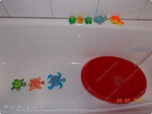 Наша доченька очень любит купаться в ванной. У нее есть несколько игрушек, с которыми она совершает большое плавание.  Как-то на просторах интернета я увидела фото морской черепашки, которую сделали своими руками. Вот я и сповторюшничала;-)). Спасибо автору за идею!  Решила поделиться с вами, дорогие гости и жители СТРАНЫ МАСТЕРОВ.   фото 19