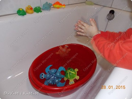 Наша доченька очень любит купаться в ванной. У нее есть несколько игрушек, с которыми она совершает большое плавание.  Как-то на просторах интернета я увидела фото морской черепашки, которую сделали своими руками. Вот я и сповторюшничала;-)). Спасибо автору за идею!  Решила поделиться с вами, дорогие гости и жители СТРАНЫ МАСТЕРОВ.   фото 21