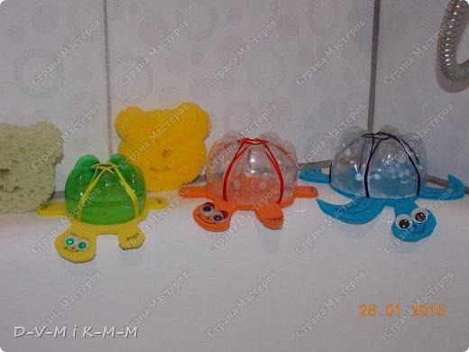 Наша доченька очень любит купаться в ванной. У нее есть несколько игрушек, с которыми она совершает большое плавание.  Как-то на просторах интернета я увидела фото морской черепашки, которую сделали своими руками. Вот я и сповторюшничала;-)). Спасибо автору за идею!  Решила поделиться с вами, дорогие гости и жители СТРАНЫ МАСТЕРОВ.   фото 23