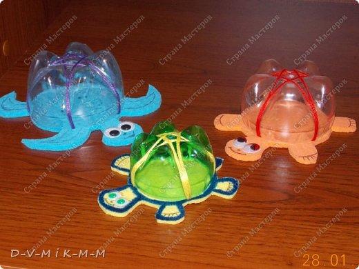 Наша доченька очень любит купаться в ванной. У нее есть несколько игрушек, с которыми она совершает большое плавание.  Как-то на просторах интернета я увидела фото морской черепашки, которую сделали своими руками. Вот я и сповторюшничала;-)). Спасибо автору за идею!  Решила поделиться с вами, дорогие гости и жители СТРАНЫ МАСТЕРОВ.   фото 1