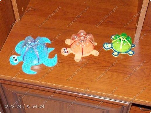 Наша доченька очень любит купаться в ванной. У нее есть несколько игрушек, с которыми она совершает большое плавание.  Как-то на просторах интернета я увидела фото морской черепашки, которую сделали своими руками. Вот я и сповторюшничала;-)). Спасибо автору за идею!  Решила поделиться с вами, дорогие гости и жители СТРАНЫ МАСТЕРОВ.   фото 17