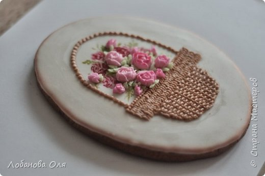 """Доброго времени суток! У меня часто спрашивают - как делаются цветочки на прянички. Сегодня я это покажу. На видео я делаю цветочки из глазури или айсинга как ее называют. Основной инструмент для создания цветов это насадка на кондитерский мешок """"лепесток"""" или ее еще называют """"роза"""". Все остальные приспособления - дело привычки. Кто-то крутит на зубочистке кто-то на шариковой ручке, кто-то использует специальные конусы. Я привыкла делать на гвозде. Цветы можно крутить по часовой стрелке и против часовой, кому как удобно. Все решает Ваша практика. Первая роза скорее всего не получится, а вот сотая будет похожа на цветок ;) Их можно делать заранее, насушить и использовать по мере надобности. На фото примеры их использования. как всегда о глазури можно почитать здесь http://stranamasterov.ru/node/648727 Тесто для пряников можно использовать какое нравится, главное чтобы поверхность получилась ровной и гладкой. Например http://stranamasterov.ru/node/648136 http://stranamasterov.ru/node/276516 http://stranamasterov.ru/node/698014 http://stranamasterov.ru/node/816890 Приятного просмотра... фото 4"""
