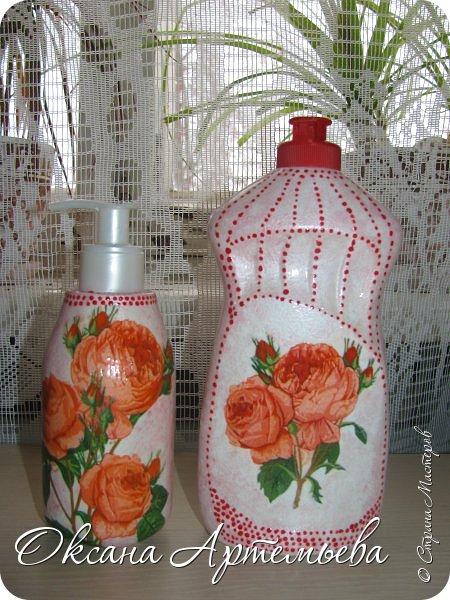 Доброго дня, жители и гости страны Мастеров! Я продолжаю пробовать свои силы в декупаже и экспериментировать с кухонными баночками-бутылочками. Парочка бутылочек для жидкого мыла и средства для мытья посуды с уже знакомыми Вам розочками. фото 1