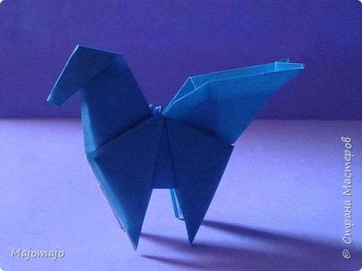 Оригами  пегас.  Наверное  для новичков  в оригами  это  не  самая легкая модель. Но  попробовать  стоит! Туториал  здесь https://www.youtube.com/watch?v=Yd4wySl8br4