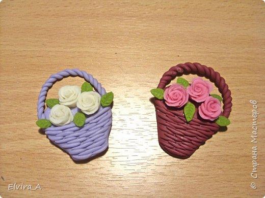 Сделала маленькие корзиночки-магнитики с розами. Корзинки выполнены из пластики, цветы и листочки из самоваренного холодного фарфора.  фото 1