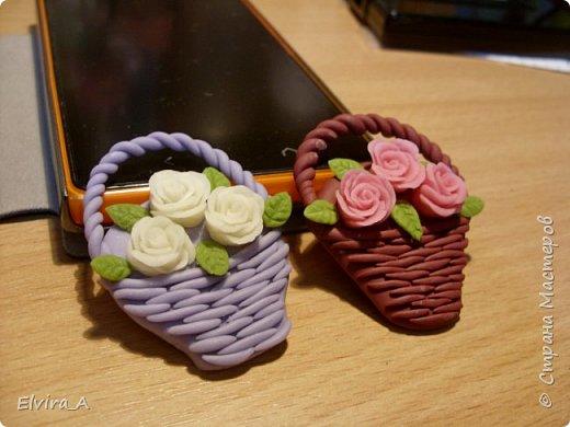 Сделала маленькие корзиночки-магнитики с розами. Корзинки выполнены из пластики, цветы и листочки из самоваренного холодного фарфора.  фото 2