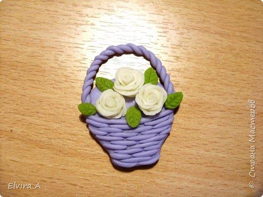 Сделала маленькие корзиночки-магнитики с розами. Корзинки выполнены из пластики, цветы и листочки из самоваренного холодного фарфора.  фото 3