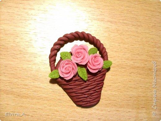 Сделала маленькие корзиночки-магнитики с розами. Корзинки выполнены из пластики, цветы и листочки из самоваренного холодного фарфора.  фото 4