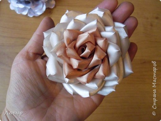 Эта из последних.Пробовала по-другому собирать розу. фото 3