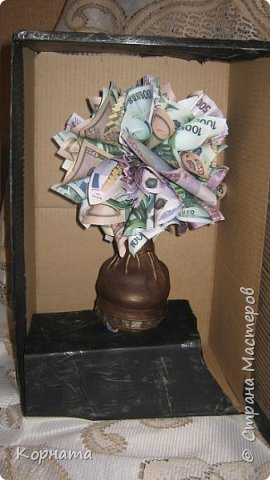 Всем доброго времени суток, дорогие друзья! Ни разу не делала денежных деревьев, как-то не задумывалась об этом, а тут сын попросил сделать в подарок, и попросил именно в бутылке, а не панно.Пришлось сесть за работу и сотворить вот такое, принимайте. фото 5