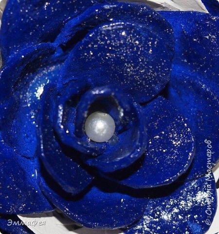 """Мои букетики из картонных яичных лотков. Еще летом делала топиарий  в золотом цвете, очень мне понравился материал, цветы любой формы можно сотворить, а если еще и покрасить, посыпать блёстками, лаком залить - никто и не догадается, из чего они сделаны. Первый букет назвала """"Летнее настроение"""" за яркие краски (кстати, оранжевый - это цвет лотка, однажды такой попался, все остальные к нам доставляют в серо-коричневом цвете, но они тоже хороши - такие естественные!), второй - """"Букет невесты"""" за изящество. фото 11"""