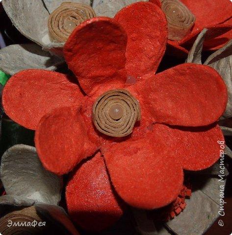 """Мои букетики из картонных яичных лотков. Еще летом делала топиарий  в золотом цвете, очень мне понравился материал, цветы любой формы можно сотворить, а если еще и покрасить, посыпать блёстками, лаком залить - никто и не догадается, из чего они сделаны. Первый букет назвала """"Летнее настроение"""" за яркие краски (кстати, оранжевый - это цвет лотка, однажды такой попался, все остальные к нам доставляют в серо-коричневом цвете, но они тоже хороши - такие естественные!), второй - """"Букет невесты"""" за изящество. фото 2"""