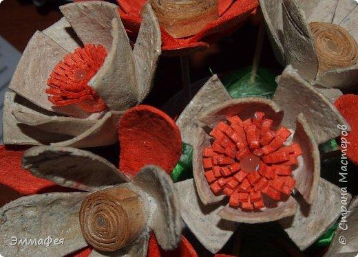 """Мои букетики из картонных яичных лотков. Еще летом делала топиарий  в золотом цвете, очень мне понравился материал, цветы любой формы можно сотворить, а если еще и покрасить, посыпать блёстками, лаком залить - никто и не догадается, из чего они сделаны. Первый букет назвала """"Летнее настроение"""" за яркие краски (кстати, оранжевый - это цвет лотка, однажды такой попался, все остальные к нам доставляют в серо-коричневом цвете, но они тоже хороши - такие естественные!), второй - """"Букет невесты"""" за изящество. фото 3"""
