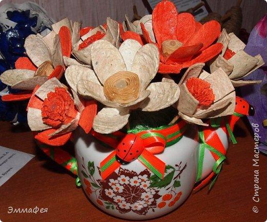 """Мои букетики из картонных яичных лотков. Еще летом делала топиарий  в золотом цвете, очень мне понравился материал, цветы любой формы можно сотворить, а если еще и покрасить, посыпать блёстками, лаком залить - никто и не догадается, из чего они сделаны. Первый букет назвала """"Летнее настроение"""" за яркие краски (кстати, оранжевый - это цвет лотка, однажды такой попался, все остальные к нам доставляют в серо-коричневом цвете, но они тоже хороши - такие естественные!), второй - """"Букет невесты"""" за изящество. фото 5"""