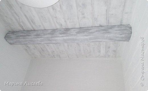 Здравствуйте, мои дорогие жители СМ! После того как я выложила МК светильника, у меня стали спрашивать как я сделала потолок. Если бы не эти вопросы - я бы не стала делать эту запись в блоге, но раз это кому-то нужно..  Начнем: я на балконе делаю ремонт, потолок я сделала имитацию фактуры дерева  и 3 поперечные потолочные балки. Все дело ... в жабе... Увидела цены на потолочные балки... и поняла - сама...  Полностью потолок не показываю - не доделан ремонт. фото 1