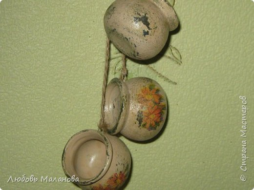 Маленькие декоративные горшочки из фикс-прайс - висят на моей кухне. Сделала несколько подобных в подарок - но все получились немного разные. Всем понравилось. фото 2