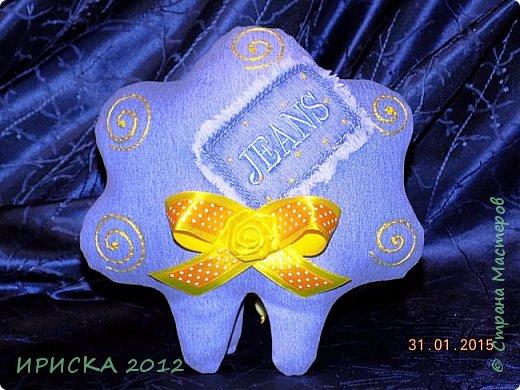 Доброго времени суток жители и гости Страны Мастеров!!! Очень люблю я джинс, а тут еще и задание на сайте Tempo Libero, спасибо Олечке Олисандре за ссылочку и вдохновение. По заданию нужно было сделать поделку из джинсовой ткани и еще ткань или декор желтого цвета. В итоге у меня получилась овечка Солнышко. фото 21
