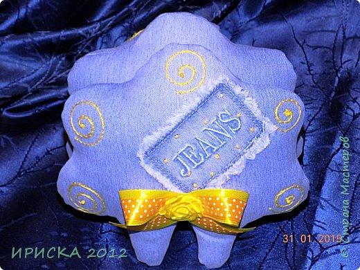 Доброго времени суток жители и гости Страны Мастеров!!! Очень люблю я джинс, а тут еще и задание на сайте Tempo Libero, спасибо Олечке Олисандре за ссылочку и вдохновение. По заданию нужно было сделать поделку из джинсовой ткани и еще ткань или декор желтого цвета. В итоге у меня получилась овечка Солнышко. фото 22