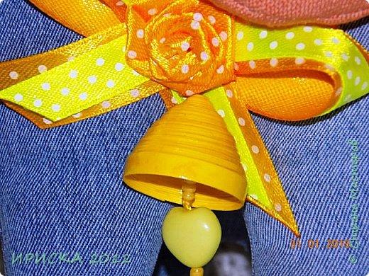 Доброго времени суток жители и гости Страны Мастеров!!! Очень люблю я джинс, а тут еще и задание на сайте Tempo Libero, спасибо Олечке Олисандре за ссылочку и вдохновение. По заданию нужно было сделать поделку из джинсовой ткани и еще ткань или декор желтого цвета. В итоге у меня получилась овечка Солнышко. фото 8