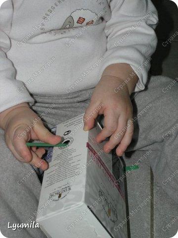 """Добрый вечер, друзья! Сегодня начинаю запись, в которой буду собирать игры в духе Марии Монтессори, в которые мы играем с моей дочерью Ярославой с 10 мес. Много идей почерпнуто из интернета, что-то из памяти (после прочтения книг М. Монтессори), что-то придумалось по ходу игр, что-то трансформировалось с учетом возможностей ребёнка, короче уже ЕСТЬ чем делиться с другими, поэтому делюсь! Не ожидайте, что ребёнок будет играть в них постоянно! Начинайте с малого: если он поиграет в одну игру 2-3 минуты - это замечательно! Ведь игр можно придумать очень много! ИГРА 1 ТУБА С ПОМПОНАМИ.  В эту игру мы с Ярославой играем с 10 мес., это наша первая игра Монтессори. Ребёнок проталкивает помпоны в тубу с одного конца и смотрит как они выпадают из другого.  <a href=""""https://stranamasterov.ru/node/499414?c=popular_inf_903%2C451""""> Если ваш ребёнок старше 2 лет, то вам СЮДА</a> фото 36"""