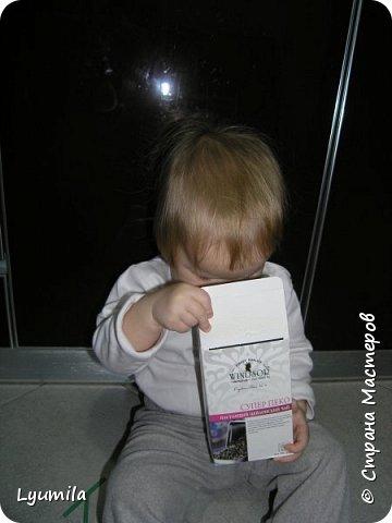 """Добрый вечер, друзья! Сегодня начинаю запись, в которой буду собирать игры в духе Марии Монтессори, в которые мы играем с моей дочерью Ярославой с 10 мес. Много идей почерпнуто из интернета, что-то из памяти (после прочтения книг М. Монтессори), что-то придумалось по ходу игр, что-то трансформировалось с учетом возможностей ребёнка, короче уже ЕСТЬ чем делиться с другими, поэтому делюсь! Не ожидайте, что ребёнок будет играть в них постоянно! Начинайте с малого: если он поиграет в одну игру 2-3 минуты - это замечательно! Ведь игр можно придумать очень много! ИГРА 1 ТУБА С ПОМПОНАМИ.  В эту игру мы с Ярославой играем с 10 мес., это наша первая игра Монтессори. Ребёнок проталкивает помпоны в тубу с одного конца и смотрит как они выпадают из другого.  <a href=""""https://stranamasterov.ru/node/499414?c=popular_inf_903%2C451""""> Если ваш ребёнок старше 2 лет, то вам СЮДА</a> фото 37"""