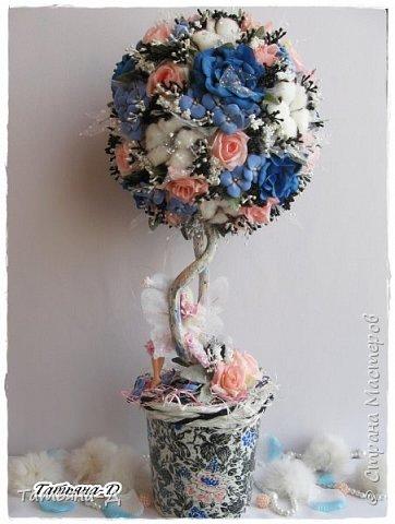 """Приветствую Всех,Всех,кто заглянул ко мне в гости!!!Спешу представить Вам НОВИНКУ!!!Топиарий """"Дерево фей"""" было создано с использованием цветочков из глины Деко,цветов хлопка и искусственных цветов.Пластиковое кашпо расписано мной акриловыми красками и контурами Декола.Прелестную феечку """"одела"""" в новенькое платье с цветочками из фоамирана.Очень хотелось сохранить именно такое сочетание цветов...Всем желаю приятного просмотра и творческого вдохновения!!! фото 9"""