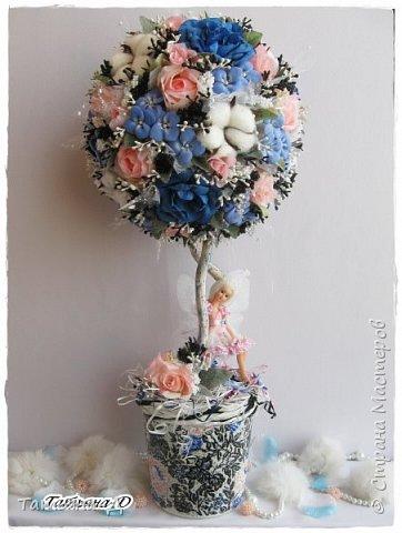 """Приветствую Всех,Всех,кто заглянул ко мне в гости!!!Спешу представить Вам НОВИНКУ!!!Топиарий """"Дерево фей"""" было создано с использованием цветочков из глины Деко,цветов хлопка и искусственных цветов.Пластиковое кашпо расписано мной акриловыми красками и контурами Декола.Прелестную феечку """"одела"""" в новенькое платье с цветочками из фоамирана.Очень хотелось сохранить именно такое сочетание цветов...Всем желаю приятного просмотра и творческого вдохновения!!! фото 1"""